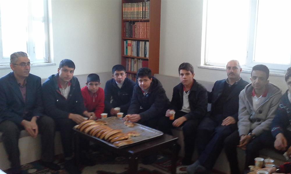 Öğrenciler imam odasında hem sohbet ediyor hem kahvaltılarını yapıyorlar