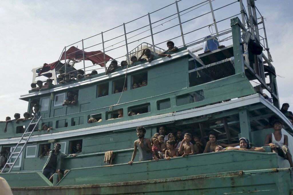Hundreds of migrants are seen on a boat drifting 17 km (10 miles) off the coast of the southern island of Koh Lipe May 14, 2015. Thailand has found a boat drifting off its west coast carrying 300 migrants but has refused to grant it permission to land, a senior police officer said on Thursday.   REUTERS/stringer      TPX IMAGES OF THE DAY           *** Local Caption *** Ratusan migran terlihat di atas sebuah perahu yang terombang-ambing 17km di lepas pantai Pulau Koh Lipe, Thailand, Kamis (14/5). Thailand menemukan sebuah perahu yang terombang-ambing di lepas pantai barat Thailand yang membawa 300 migran namun menolak untuk memberikan izin mereka untuk mendarat, kata pejabat polisi senior Kamis kemarin. ANTARA FOTO/REUTERS/Stringer/ox/15.