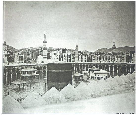 KABE-İ MUAZZAMA SU ALTINDAYKEN: 5 Ocak 1910'da sularla kuşatılmışken çekilmiş.