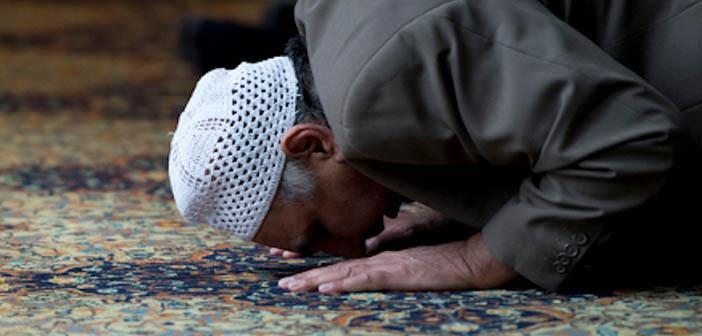 https://www.islamveihsan.com/wp-content/uploads/2020/02/namaz-kilanin-onunden-gecmek-namazi-bozar-mi-171601.jpg