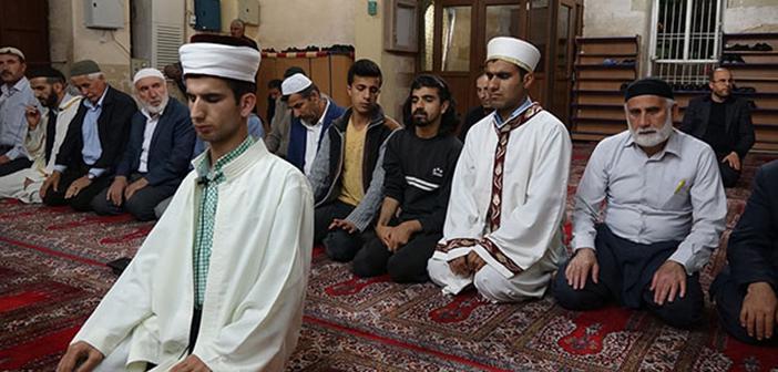 https://www.islamveihsan.com/wp-content/uploads/2020/03/gorme-engelli-bir-kimse-imamlik-yapabilir-mi-171658.jpg