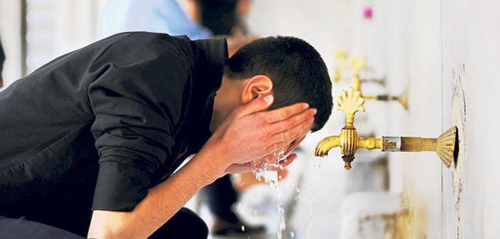 Farz ve Sünnet Arasında Abdest Bozulursa Önceki Kılınan Namazın İadesi Gerekir mi?