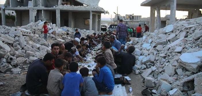 Suriye'de Enkaz Haline Gelen Evlerin Arasında Toplu İftar