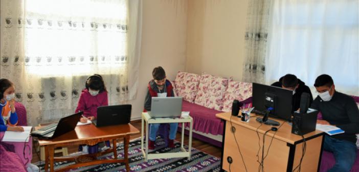 Muşlu Muhtar Öğrenciler İçin Evinin Bir Odasını Sınıfa Dönüştürdü