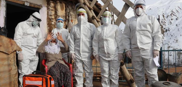 Sağlık Çalışanları Karlı Yolları Aşarak Vatandaşlara Kovid-19 Aşısı Ulaştırıyor