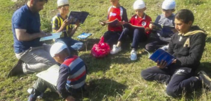 Yaylaya çıkan öğrencilere Kur'an öğretmek için her gün 20 km yol gidiyor